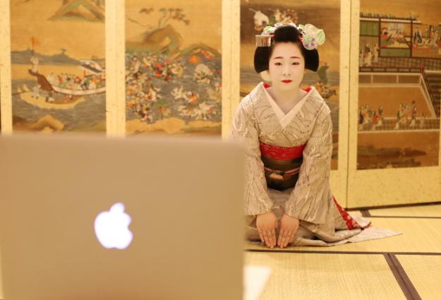 こちらの写真は、先日実際KYOTO MAIKOYAにて行われた「オンライン舞妓茶道」の様子。