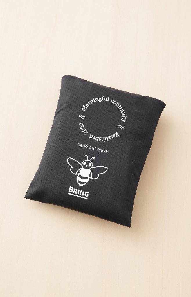 """新レーベル""""Meaningful Continuity""""の発表に伴い、特製エコバッグを製作。公式通販サイトにて税込み15,000円以上ご購入のお客様に先着でプレゼント。今企画は日本環境設計が展開するBRING™により回収された服の一部をケミカルリサイクルで再生してつくられた素材""""BRING Material™""""を使用している。 こちらのバッグをご持参の上、ナノ・ユニバース店舗で ¥3,000( 税込)以上お買い物していただくと、お会計より期間中何度でも¥500 OFFでお買い物ができる。新型コロナウイルス感染症(COVID-19) の感染対策が、個⼈でも・企業でも求められている昨今。ナノ・ユニバースが運用する公式アプリで店舗の混雑状況を確認し安心・安全にお買い物をお楽しみください。"""