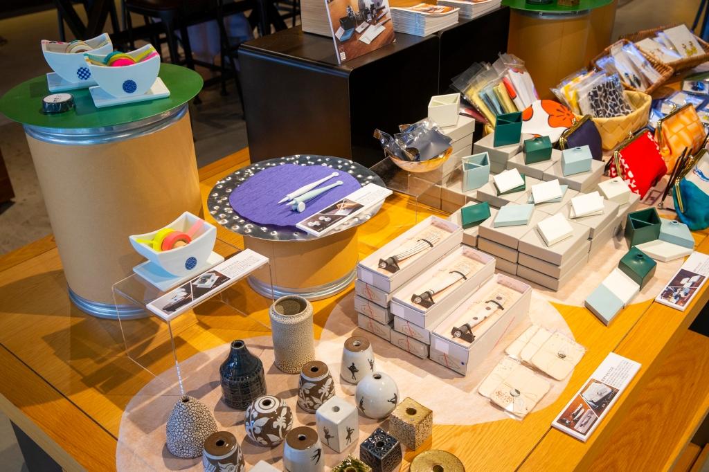 """『HIZEN5』蔦屋書店ポップアップショップ概要 全国3都市で開催する蔦屋書店巡回ポップアップショップでは、これまで製作した人気の『HIZEN5』のアクセサリー・やきもの文具の他、国内最大のハンドメイドマーケット """"minne"""" とのコラボレーションで誕生したコラボアイテムも販売いたします。 コラボアイテムを """"minne""""以外で購入できるのは、蔦屋書店ポップアップショップだけですので、この機会にぜひ足をお運びください。"""