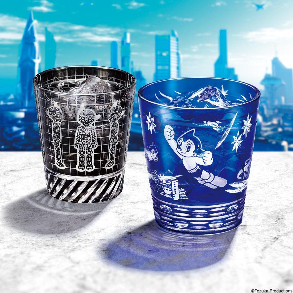 日夜正義のために未来都市の空を飛び回るアトムの勇姿を描いた<コスモブルー>と、アトム誕生の瞬間を漆黒のガラスにうつした<メカニカルブラック>の2種類。