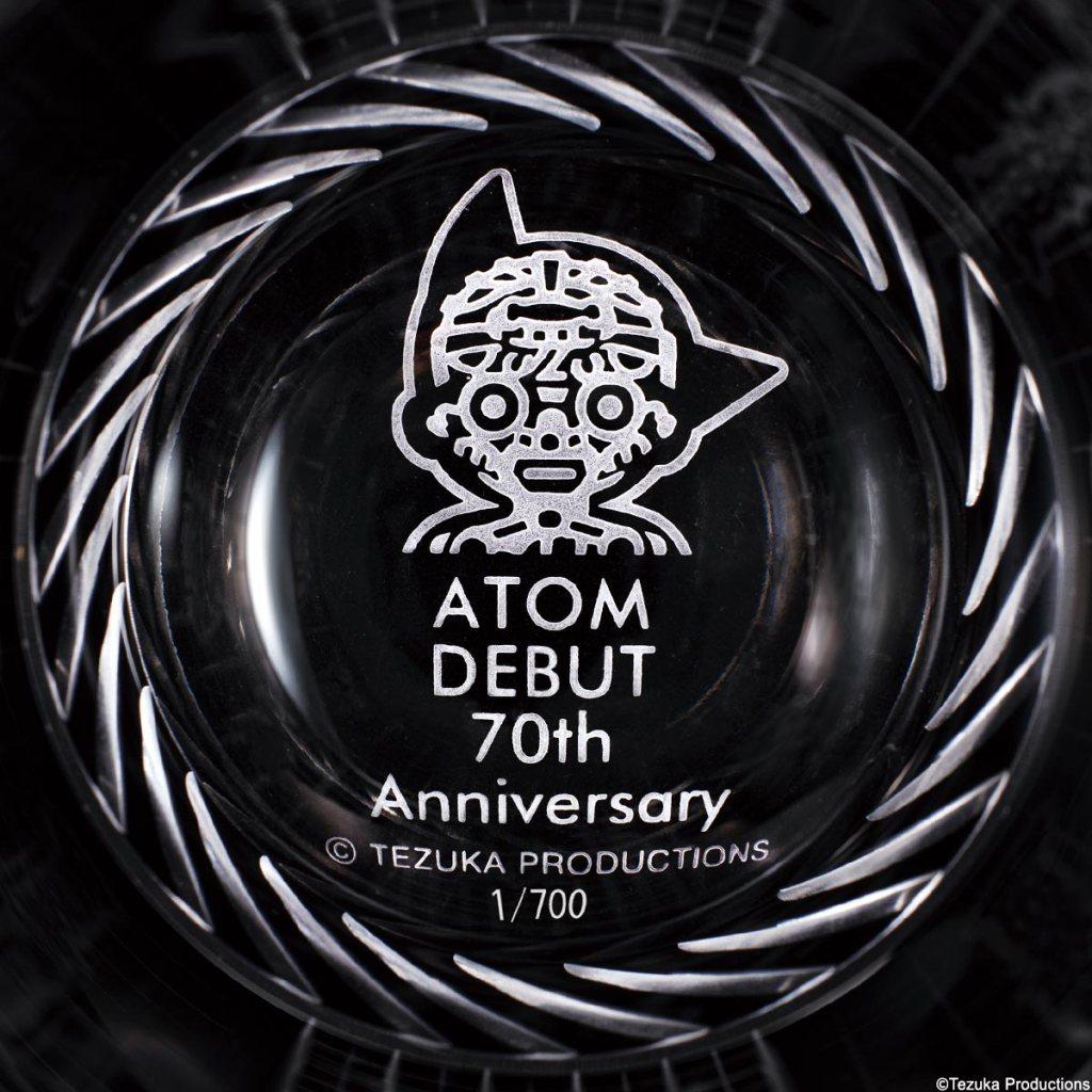 メカニカルブラックの底面にも、エディションナンバーとメカアトムの顔が描かれています。